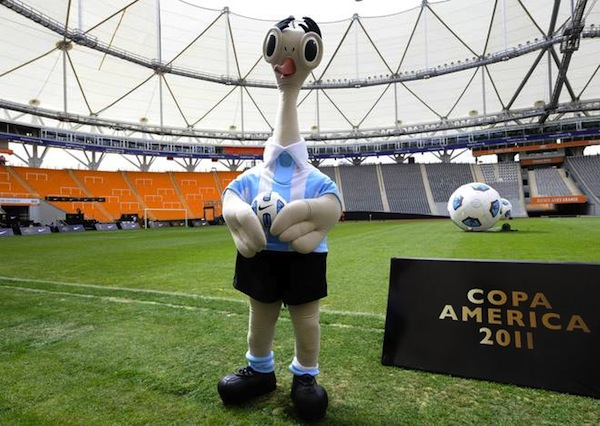 رسـمـيـاً تم إظهار الشعار الطائر 09d9a1e0b52d44550446d959cf80a043-getty-fbl-copam2011-mascot-ball.jpg